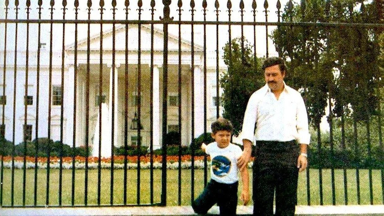Pablo e seu filho, Juan, posam em frente à Casa Branca, em 81 quando o colombiano já abastecia os EUA de cocaína   (Foto: Arquivo Pessoal)