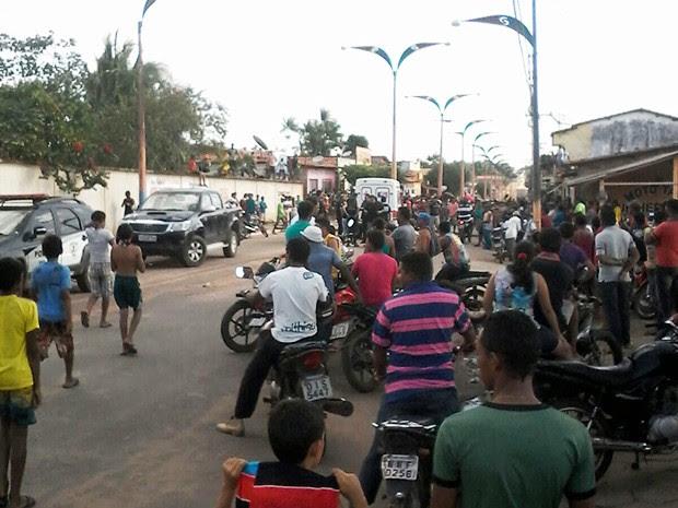 Populares vigiam delegacia de Centro do Guilherme para impedir transferência de detenta  (Foto: Leonardo Ferreira)