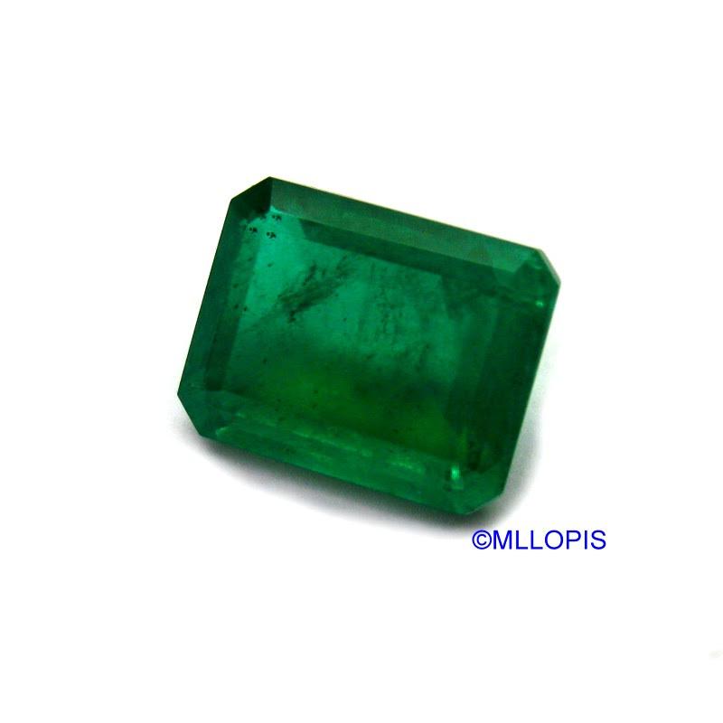 """Doblete de dos partes de cuarzo cristal de roca incoloro y una lámina de vidrio verde que por refracción de la luz hace que se vea verde. Comercializado como """"Esmeralda Soudé"""""""