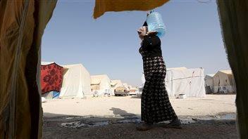 Une femme yézidie marche dans un camp de réfugiés de la province de Duhok, en Irak.