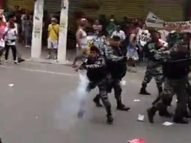 PM reprime protesto contra Olimpíada em Caxias (Foto: Reprodução/O Caxiense)