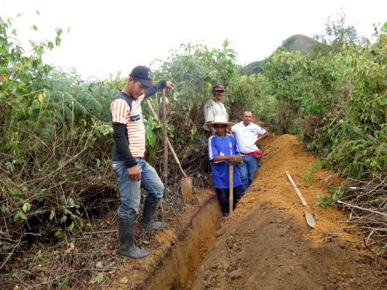 Hace meses que no llueve en el municipio colombiano de El Tambo. La tubería que les llevará agua se instalará en esta zanja.