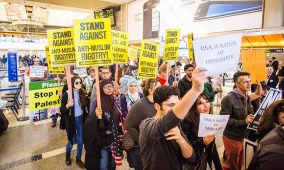 Protestas en los aeropuertos contra orden ejecutiva de Donald Trump. Foto: AFP.