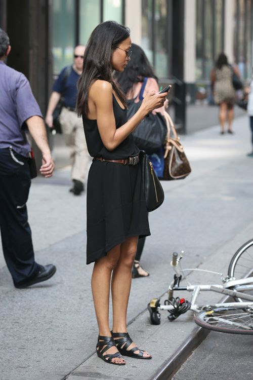 summer-outfit-going-out-night-out-date-night-weekend-sightseeing-vacation-summer-black-sandals-belted-black-jersey-dress-lbd-via-trendencias.com