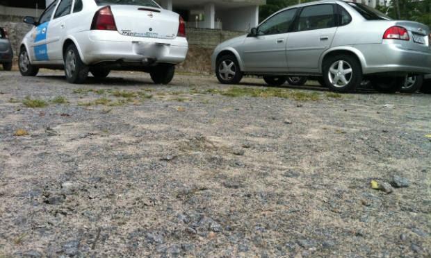 Estacionamento com pedregulhos e areia é um dos problemas apontados pelos moradores / Foto: Mayra Cavalcanti/Especial para o NE10