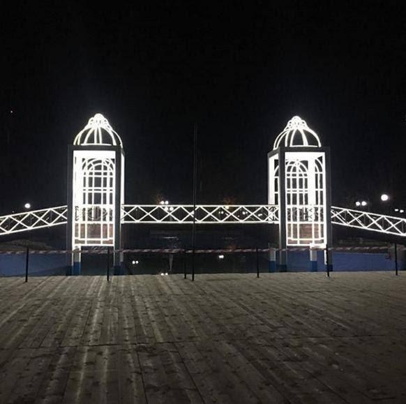 Φωταγωγήθηκε η πεζογέφυρα του «Πάρκου των Ευχών» στη Λάρισα
