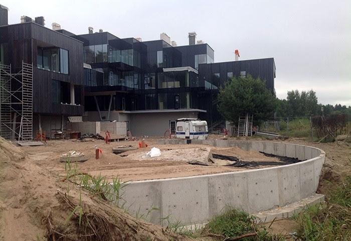Ādažu novada Baltezerā, pašā Mazā Baltezera krastā, atrodas pagaidām Latvijā vienīgais tik ekskluzīvs daudzdzīvokļu dzīvojamās mājas projekts, ap kura celtniecību gan netrūcis kaislību. Viens no pēdējiem argumentiem, kādēļ projektu nedrīkst pieņemt ekspluatācijā, ir tā kanalizācijas un notekūdeņu sistēmas nepareiza izbūve, norāda vides aktīvisti un vietējie iedzīvotāji, savukārt projekta attīstītāji un pašvaldība uzskata, ka ar to viss ir kārtībā. Arī tiesa atbalstījusi abu pēdējo argumentus.