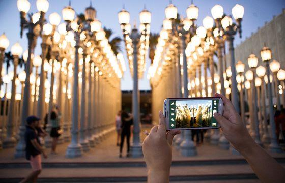 Instalación 'Urban Light', de Chris Burden, dispuesta a la entrada del museo angelino.