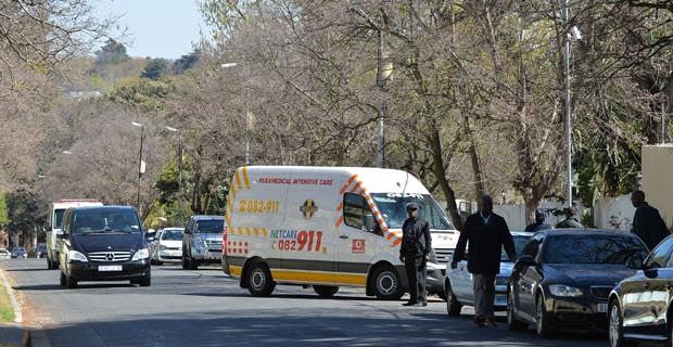 Ambulância que transportava o ex-presidente Sul-Africano Nelson Mandela chega em sua casa em Joanesburg (Foto: Alexander Joe/ AFP)