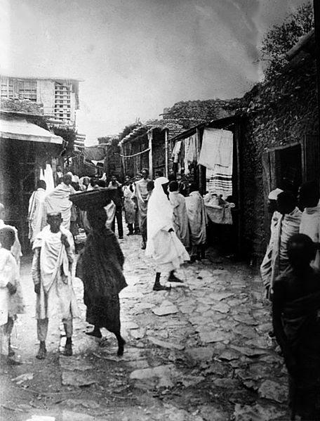 File:Street scene Harar-High St. leading to  market, Abyssinia  01.jpg