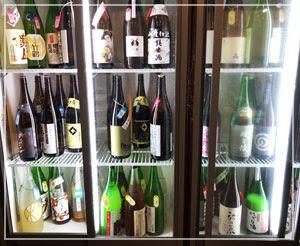 写真がちょうど半分の量。こんな感じで日本酒冷蔵庫が!セルフで!!