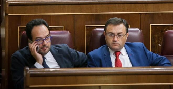 Antonio Hernando y Miguel Ángel Heredia, del Grupo Socialista. / EUROPA PRESS