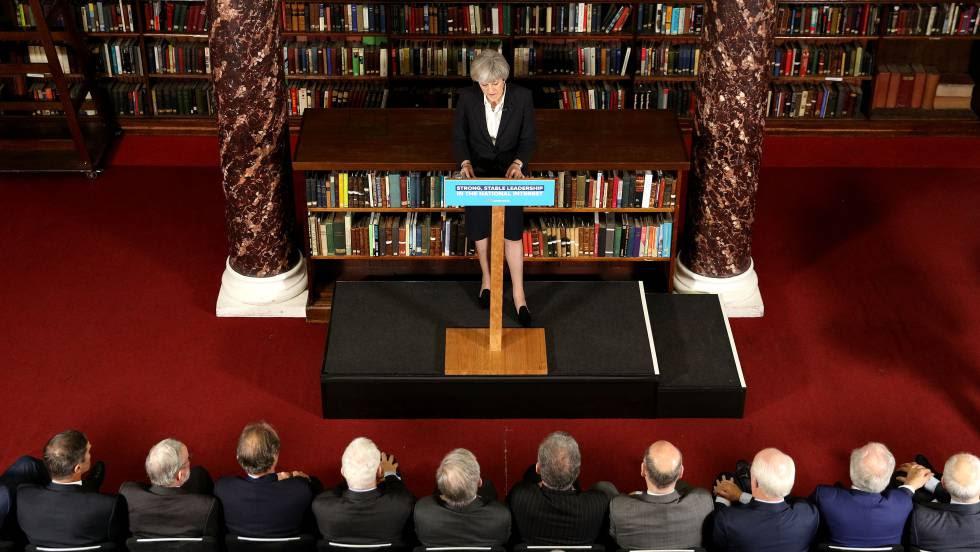 Los políticos británicos han decidido seguir con la campaña electoral tras los atentados del sábado.