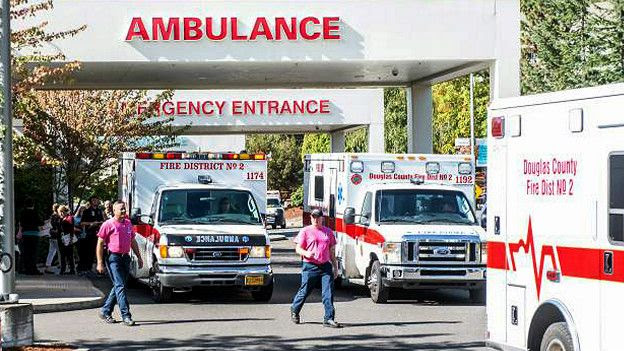 Ambulancias con víctimas del tiroteo en el Colegio Universitario Umpqua, Oregón, EE.UU.