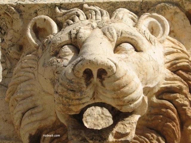 Львиная голова на фронтоне Храма Юпитера в горной части Ливана, в Баальбеке