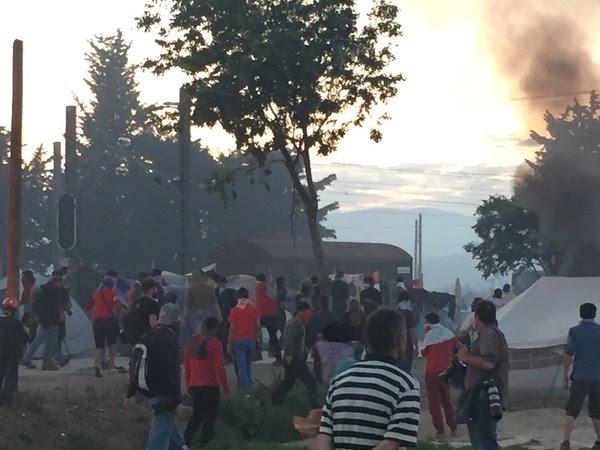 Ειδομένη ώρα μηδέν: «Καζάνι» που βράζει ο καταυλισμός – Φωτιές και συγκρούσεις με την Αστυνομία λίγο πριν την γενικευμένη εξέγερση – Αποκλειστικές εικόνες (vid) - Εικόνα14