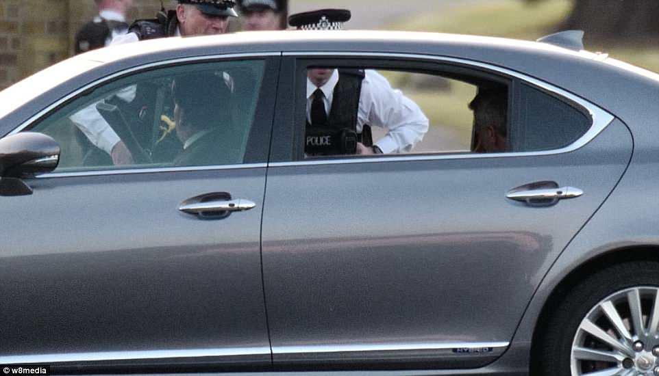 George Clooney, que asistió a la boda real antes, llega a la fiesta de la noche en Frogmore House