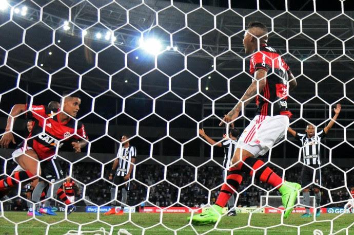 Observado por Guerrero, Everton comemora gol da vitória do Flamengo sobre o Botafogo (Foto: André Durão)