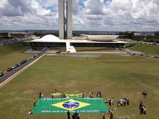 Em frente ao Congresso, manifestantes protestam contra Renan Calheiros (Foto: Felipe Néri/ G1)