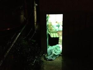 Corpo de Ana Paula foi encontrado na porta de casa (Foto: Eduardo Cristófoli/RBS TV)
