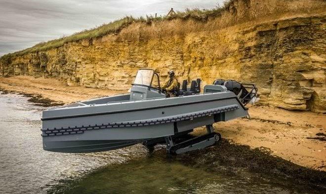 Французский катер-амфибия Iguana Interceptor с легкостью ездит по земле