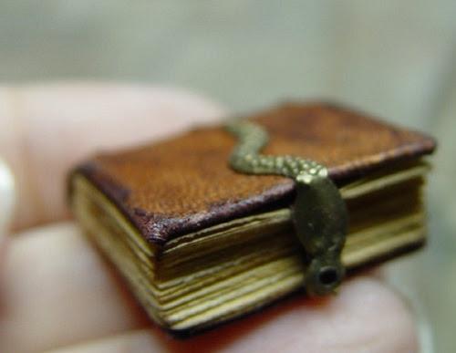 Livres miniatures médiévales de l'artiste américain d'art appliqué Ericka VanHorn