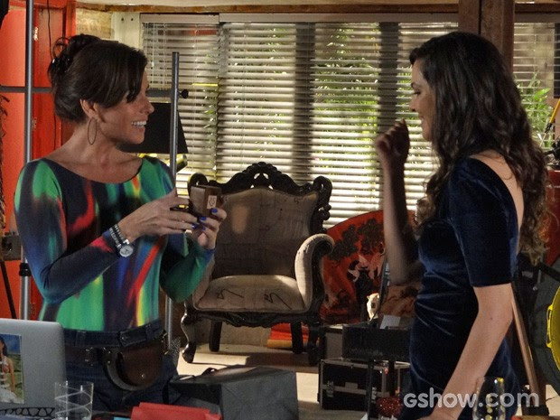 Clara recebe uma caixinha das mãos de Marina (Foto: Em Família/TV Globo)