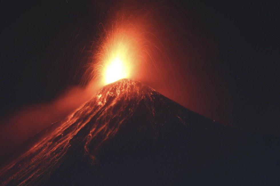 """El volcán guatemalteco 'Fuego', uno de los más activos del país, inició la primera erupción del 2017 con explosiones """"constantes, moderadas y fuertes"""", en Alotenango, Sacatepéquez (Guatemala)."""