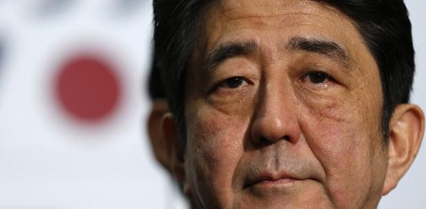 O futuro premiê do Japão, Shinzo Abe, dá entrevista nesta terça-feira (18) em Tóquio (Foto: AFP)
