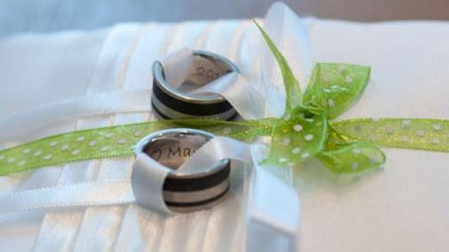 Eheringe aus Palladium und Carbon: keine gute Idee für junge Brautpaare