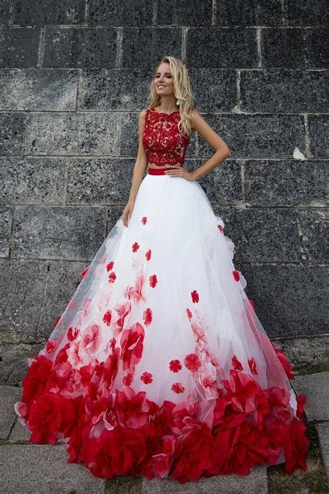 I love this beautiful wedding dress! I'm very inspired by