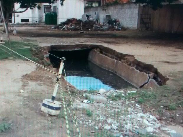 Segundo hospital, cratera foi causada por fossa desativada que se rompeu (Foto: Reprodução/TV Santa Cruz)