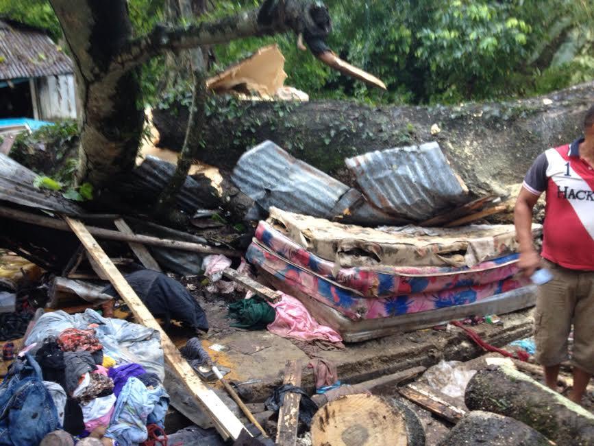 SALCEDO: Tres de una familia mueren aplastados por árbol cayó en su casa