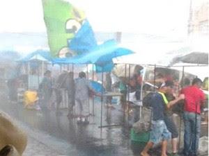 Chuva arrasta barracas na feira em Taubaté (Foto: Caio César/Vanguarda Repórter)