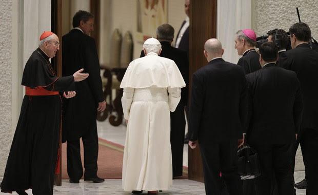 O Papa Bento XVI deixa a Sala Paulo VI, no Vaticano, nesta quinta-feira (14), após encontro com sacerdotes da Diocese de Roma (Foto: AFP)