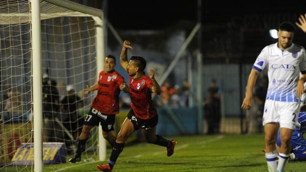 Marcos Figueroa celebra el gol que le dio la victoria a Temperley ante Godoy Cruz. (Guillermo Rodríguez Adami)