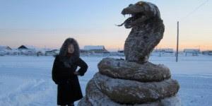 Patung Ular Kobra Raksasa Ini Terbuat Dari Kotoran Sapi