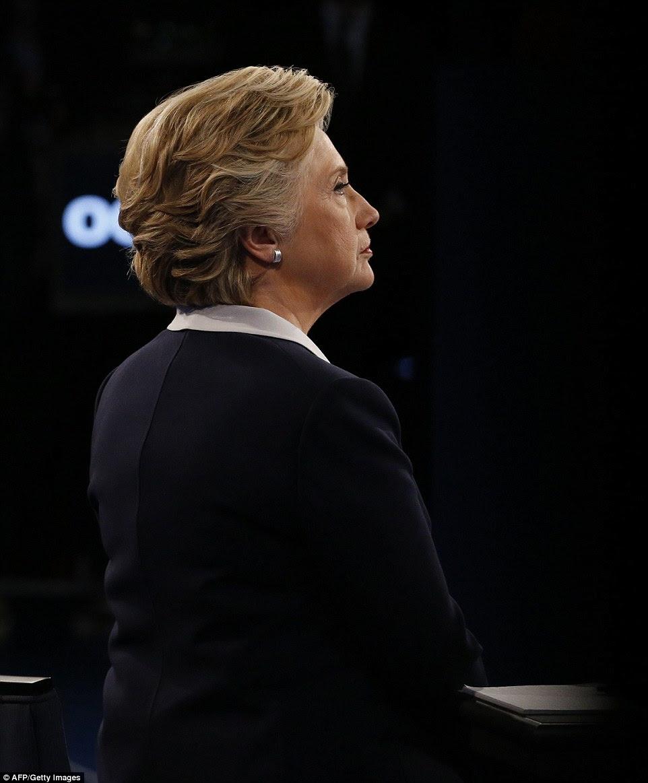 candidato presidencial democrata Hillary Clinton olha sobre durante o segundo debate presidencial na Universidade de Washington