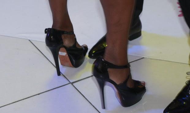 Detalhe da etiqueta no sapato de Adriana Bombom (Foto: Isa)