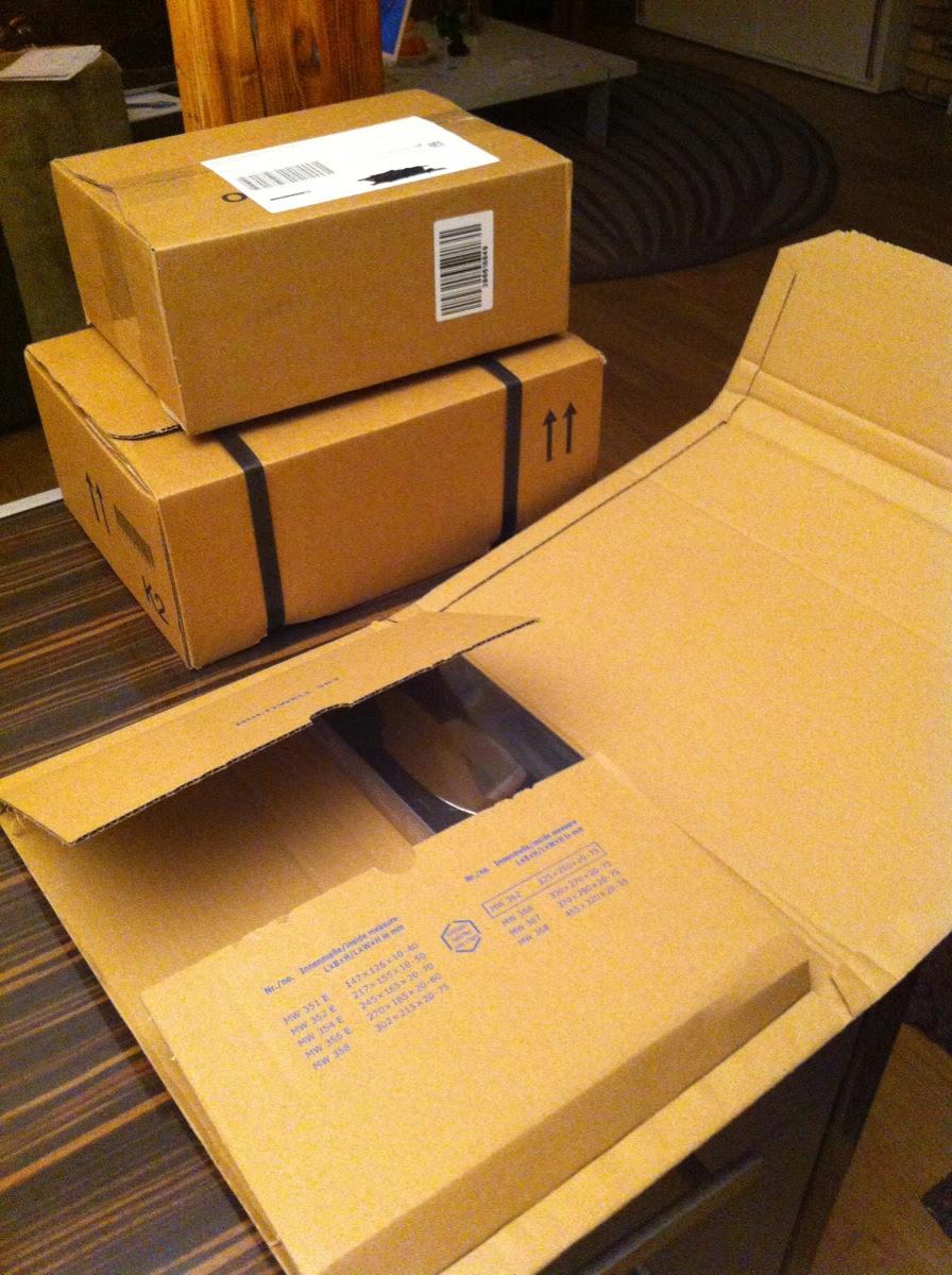 Paket eins wird geoeffnet