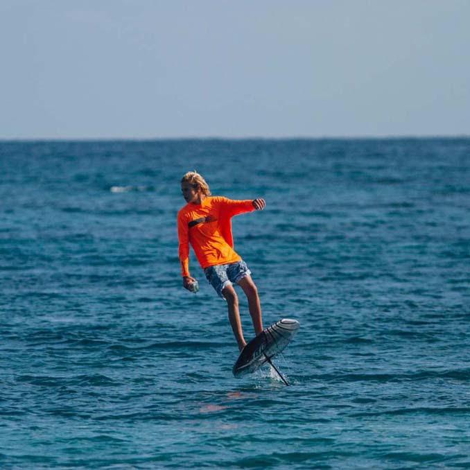 Ηλεκτρική σανίδα του surf που σε κάνει να πετάς πάνω από το νερό (3)