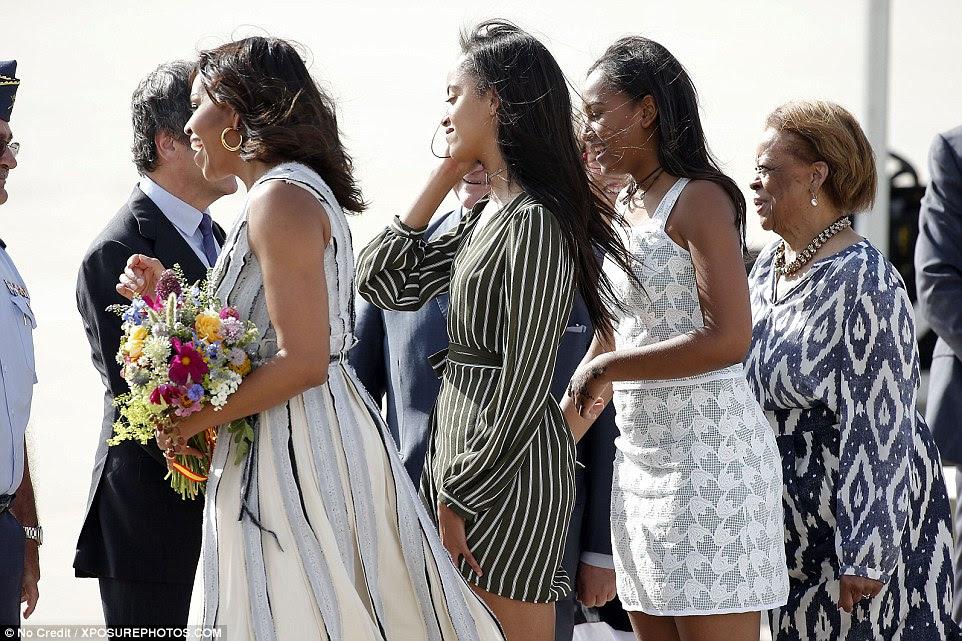 Todas as quatro mulheres com vigas sua megawatt sorrisos como eles cumprimentou uma linha de recepção