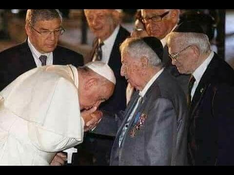 البابا يقبل يد أغنى عائلة اليهودية في العالم عائلة روتشيلد