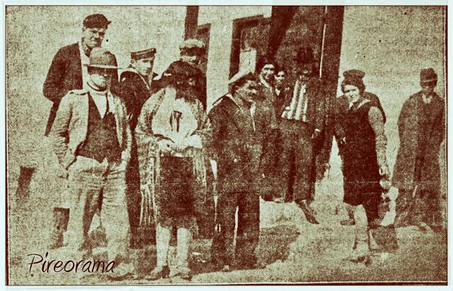 Ιερόδουλες στα Βούρλα τη δεκαετία του 1930. Οι εγκατεστημένες στο συγκρότημα Πιπινέλη, δηλαδή στα Βούρλα κυρίες, επειδή ακριβώς διέθεταν τα στοιχειώδη σύνεργα του επαγγέλματος, ήτοι στέγη και κλίνη, δούλευαν με τιμές σχετικώς υψηλές και κατά κάποιο τρόπο αποτελούσαν τη διακεκριμένη τάξη της περιοχής
