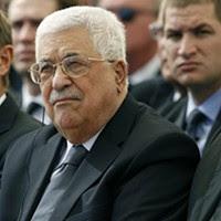O presidente do Estado da Palestina e da Autoridade Nacional Palestina, Mahmoud Abbas (ao centro), sentado ao lado do presidente do Conselho Europeu, Donald Tusk (à esquerda), durante o funeral de Shimon Peres, no cemitério de Herzl.