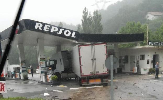 El camión ha impactado contra uno de los surtidores. /@josebsnv