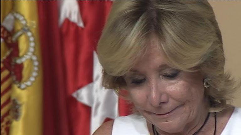 """Aguirre se emociona al anunciar la """"dura decisión"""" de dimitir como presidenta de la Comunidad de Madrid"""