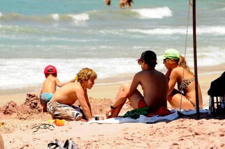 A atriz passou o dia com a família na praia