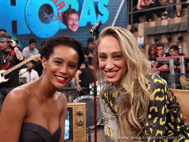 Thalyta encontra a amiga Taís Araújo na gravação do programa (Foto: TV Globo/Altas Horas)