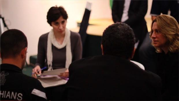 A promotora de justiça Maria Gabriela Manssur (à dir.), uma das idealizadoras do curso, fala em grupo de discussão (Foto: Elisa Gargiulo / MP-SP)
